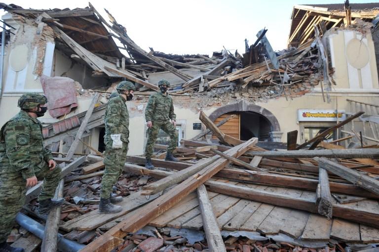 Des soldats inspectent les restes d'un bâtiment endommagé lors d'un tremblement de terre, à Petrinja, en Croatie, le mardi 29 décembre 2020. Un fort tremblement de terre a frappé le centre de la Croatie et causé des dégâts importants et au moins un mort dans une ville au sud-est de la capitale.  (Photo AP)