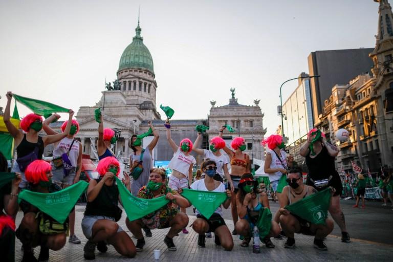 Des militants des droits à l'avortement se rassemblent devant le Congrès alors que les législateurs débattent d'un projet de loi qui légaliserait l'avortement à Buenos Aires, en Argentine, le mardi 29 décembre 2020.