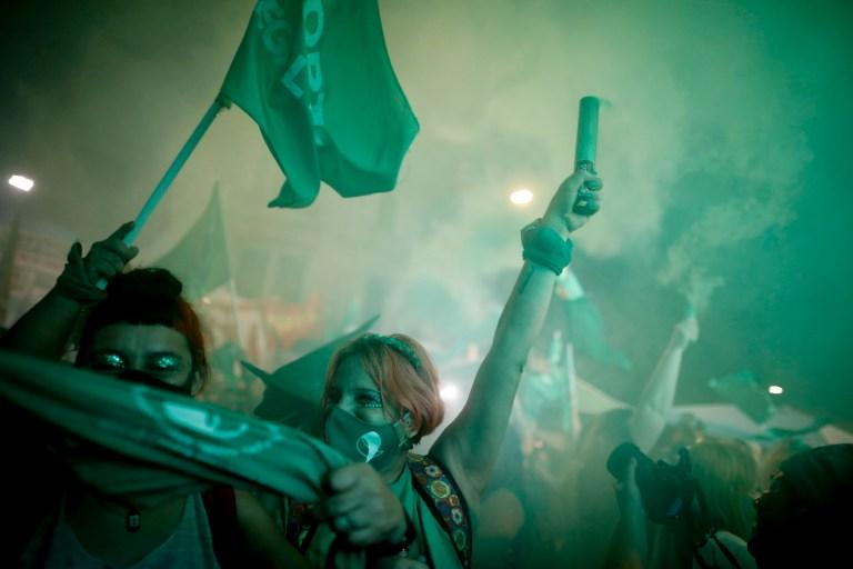 Les militants des droits à l'avortement célèbrent après que les législateurs ont approuvé un projet de loi qui légalise l'avortement, en dehors du Congrès à Buenos Aires, en Argentine, le mercredi 30 décembre 2020.