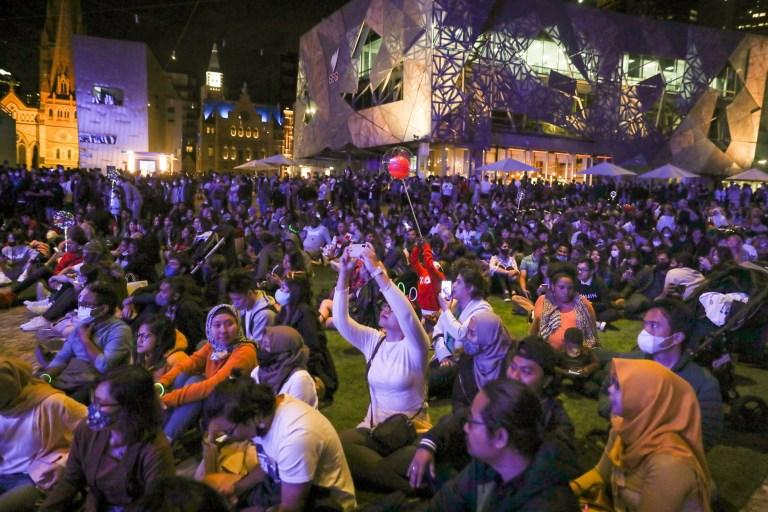 Une vue générale des personnes célébrant le Nouvel An à Federation Square