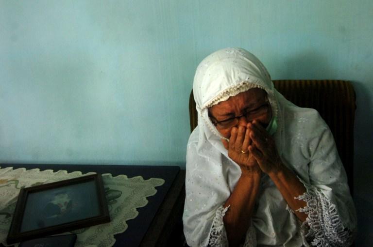 Sri Lungdiyanti, 41 ans, membre de la famille d'un passager de Sriwijaya Air réagit après l'écrasement du vol SJ182 Boeing 737-500 après son décollage, à Tegal, province centrale de Java, Indonésie, le 10 janvier 2021. Antara Foto / Oky Lukmansyah via REUTERS À L'ATTENTION DES RÉDACTEURS - CETTE IMAGE A ÉTÉ FOURNIE PAR UN TIERS.  CRÉDIT OBLIGATOIRE.  INDONÉSIE OUT.