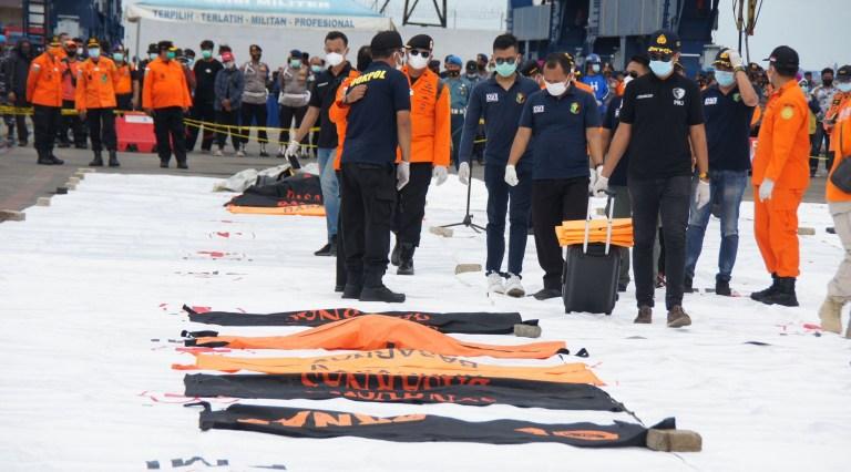 Crédit obligatoire: Photo de Denny Natanael Pohan / REX (11701777ac) Des éclats d'obus de l'avion Sriwijaya SJ 182 ont été abaissés du navire KRI Kurau appartenant à la marine indonésienne au terminal à conteneurs JICT 2, Tanjung Priok.  Les débris ont été soulevés du site de l'accident dans les eaux des Mille-Îles situé au nord de Jakarta Shrapnel de l'avion Sriwijaya SJ 182, Jakarta, Indonésie - 09 janvier 2021