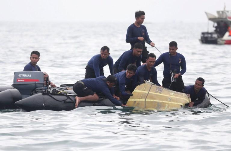 Des plongeurs de la marine indonésienne sortent une partie d'un avion de l'eau lors d'une opération de recherche du jet de passagers Sriwijaya Air qui s'est écrasé dans la mer près de Jakarta, en Indonésie, dimanche 10 janvier 2021. Des plongeurs indonésiens ont localisé dimanche des parties du épave du Boeing 737-500 dans la mer de Java, un jour après que l'avion avec des dizaines de personnes à bord s'est écrasé peu de temps après le décollage de Jakarta.  (Photo AP / Achmad Ibrahim)