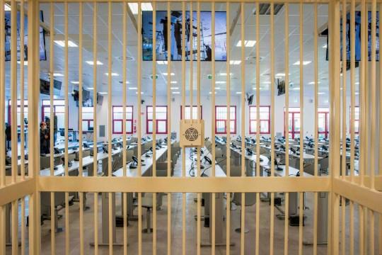Une vue prise le 15 décembre 2020 à Lamezia Terme, en Calabre, depuis l'une des cellules des prévenus détenus, montre l'intérieur d'un nouveau bunker construit pour le prochain maxi-procès `` Rinascita-Scott ''