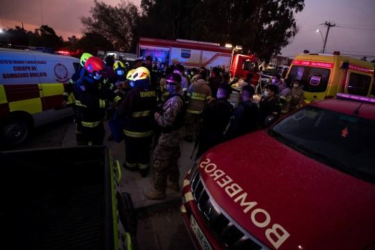 Les pompiers chiliens arrivent sur les lieux d'un incendie de forêt à Quilpue, région de Valparaiso,