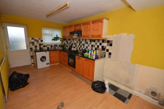 3 bed terraced house for sale Sissons Crescent, Leeds LS10 - kitchen