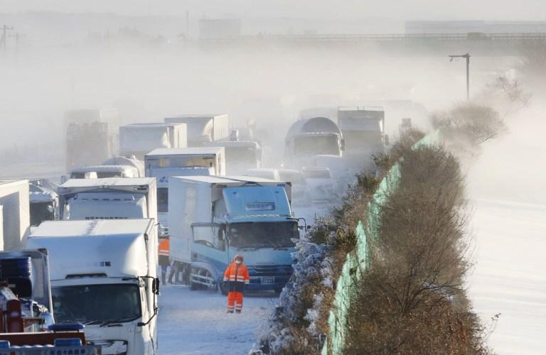 La vue générale montre le site où des voitures ont été impliquées dans une série d'accidents lorsqu'une tempête de neige a frappé un tronçon d'autoroute sur l'autoroute Tohoku à Osaki, préfecture de Miyagi, nord du Japon