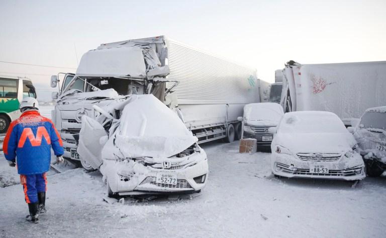 Les voitures endommagées sont couvertes de neige après un accident multiple sur l'autoroute Tohoku dans la ville d'Osaki, préfecture de Miyagi, dans le nord du Japon