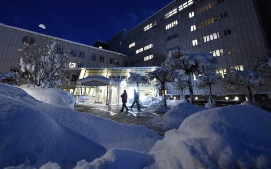 18 janvier 2021, Bavière, Garmisch-Partenkirchen: la neige se trouve devant l'entrée de l'hôpital de Garmisch-Partenkirchen.  Une éventuelle nouvelle variante du coronavirus a été découverte à l'hôpital de Garmisch-Partenkirchen.  Des échantillons sont actuellement examinés à l'organisme de bienfaisance?  l'hôpital de Berlin, a annoncé lundi l'hôpital.  Photo: Angelika Warmuth / dpa