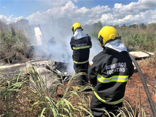 epa08963093 Une photo mise à disposition par les pompiers de l'État de Tocantins montre des membres des pompiers travaillant dans la zone où un avion s'est écrasé près de Palmas, État de Tocantins, centre du Brésil, le 24 janvier 2021. Le président et quatre joueurs du club de football de quatrième division Palmas Futebol e Regatas est mort dans un accident d'avion avec le pilote de l'avion.  L'avion s'est écrasé peu de temps après le décollage, en route vers Goiania pour un match de coupe de la division régionale contre Vila Nova.  DOCUMENT ÉDITORIAL DES POMPIERS DE L'ÉTAT DE L'EPA / TOCANTINS / PAS DE VENTES