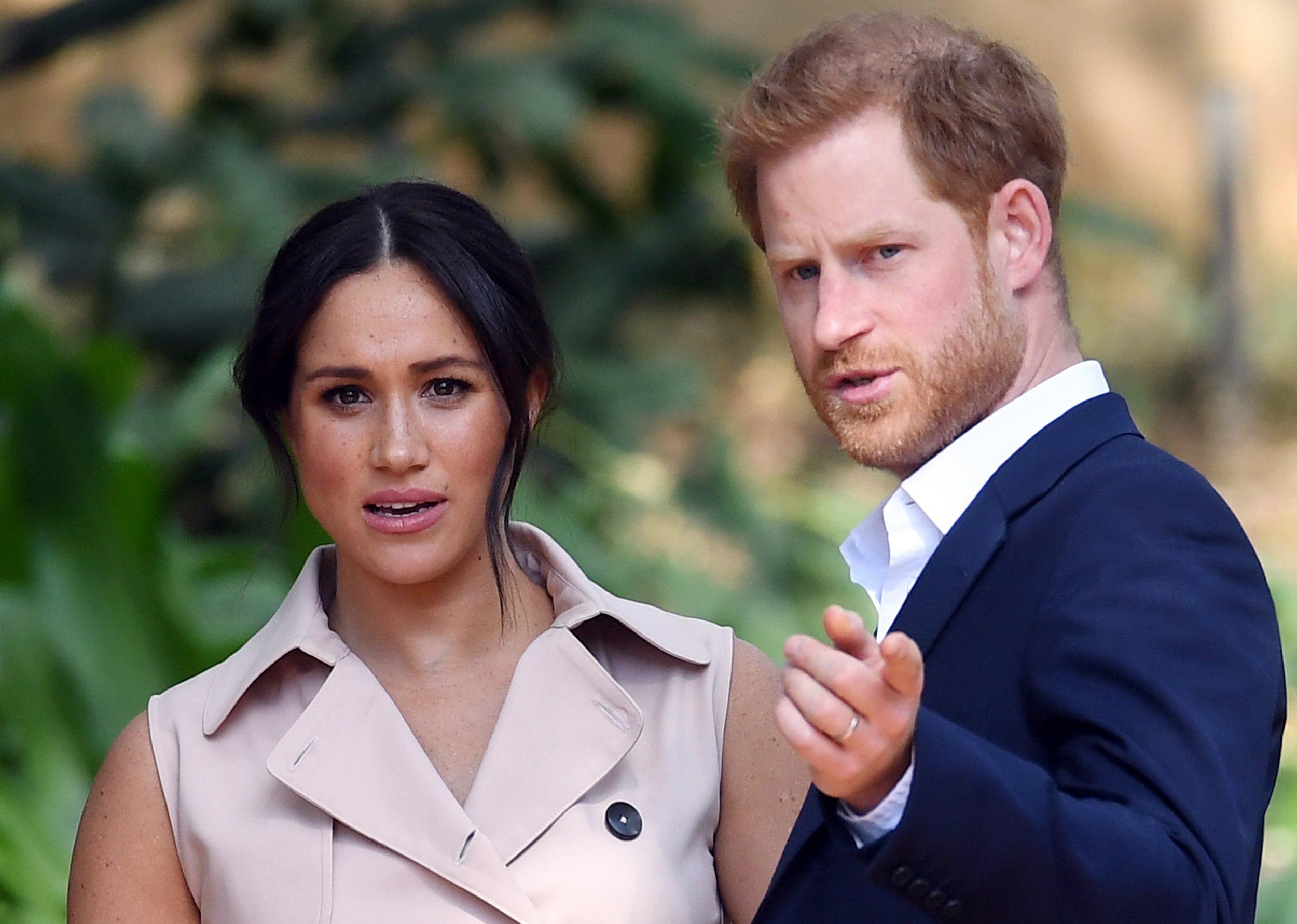 epa09055932 (FILE) - Princi Britanik Harry, Duka i Sussex (R) dhe gruaja e tij Meghan, Dukesha e Sussex marrin pjesë në një pritje industri krijuese dhe biznesi në rezidencën e Komisionerit të Lartë në Johannesburg, Afrika e Jugut, 02 Tetor 2019 (ribotuar më 06 Mars 2021) Me  Kanali amerikan CBS do të transmetojë një intervistë me Harry dhe Meghan të Britanisë, Duka dhe Dukesha e Sussex të Dielën, 07 Mars.  EPA/FACUNDO ARRIZABALAGA *** Titra lokale *** 56058870