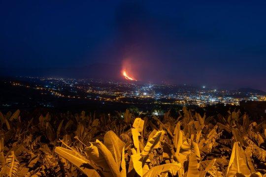 The eruption seen from Los Llanos de Aridane, La Palma, Canary Islands (Credits: EPA)