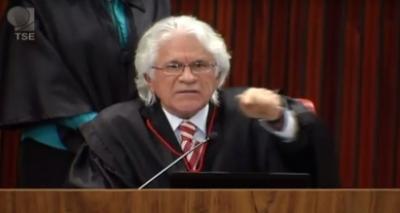 Ministro do TSE deseja 'ira do profeta' contra executivo da JBS que o delatou e faz gesto de decapitação; veja