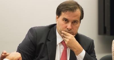 """Rodrigo Maia """"lavou as mãos"""" em relação ao destino de Temer, diz colunista"""