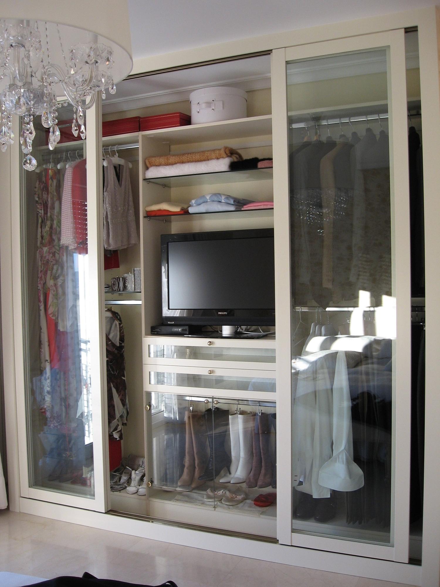 Dise o de armarios empotrados metrocloset for Closet con espacio para tv