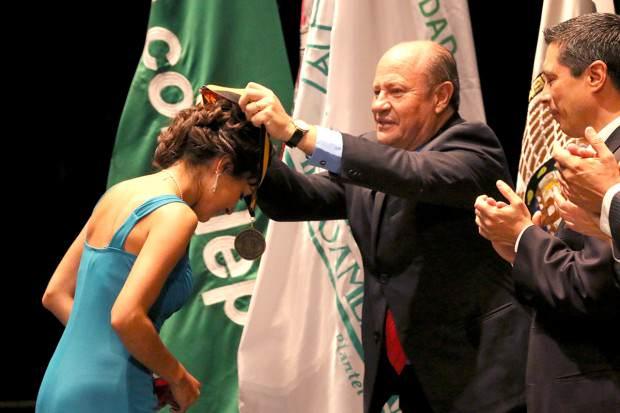 23Jun14 Alumnos UASLP Reciben Medalla Estudiantes Ejemplares 1