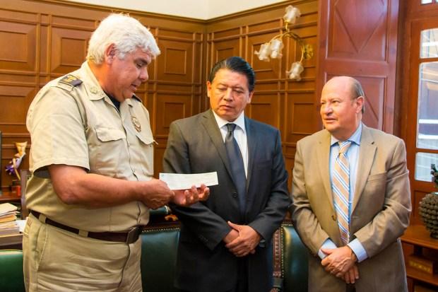 06_06_2016 RECTORIA Y FACULTAD DE CIENCIAS QUIMICAS ENTREGAN DONATIVO AL HONORABLE CUERPO DE BOMBEROS IMG_0833