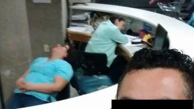 Photo of Recepcionistas de la clínica 50 namenazan con negarle el servicio tras ser exhibidas dormidas