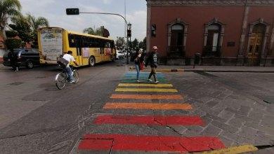 Photo of Pintan paso peatonal de Carranza con bandera LGBTTTIQ