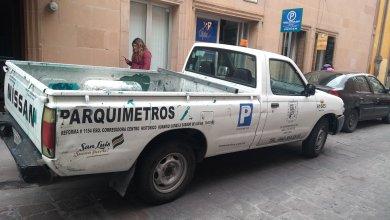 Photo of Camioneta de Parquimetros mal estacionada y dañando cantera
