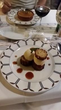 Nachspeise: typisch Bordeaux, Cannelé mit Zimteis