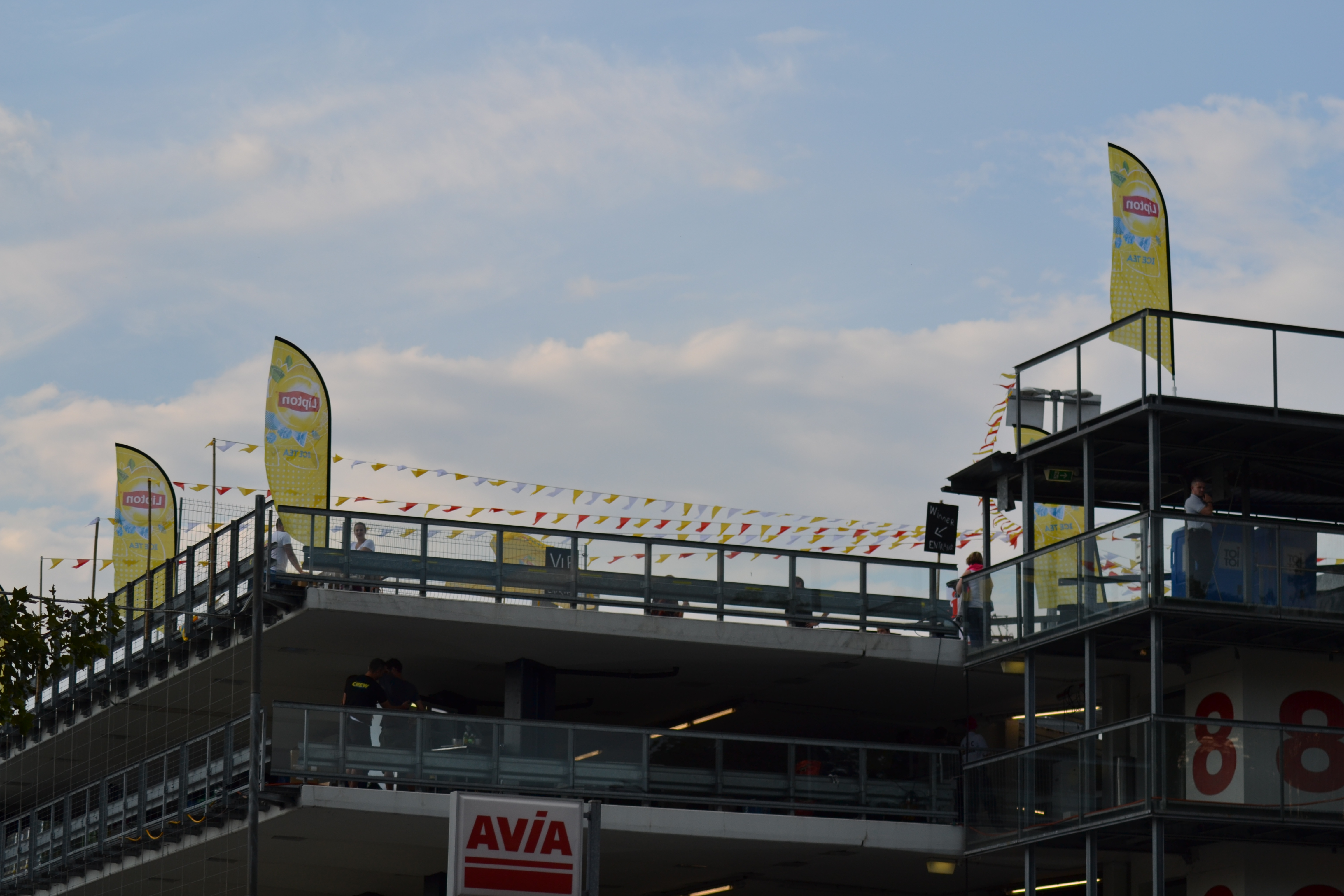 Was da wohl los ist? Auf der Dachterrasse des Parking Hauptbahnhofs wehen die gelben Flaggen im Wind.