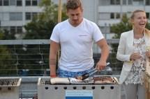 Darf nicht fehlen an der Rooftop Party, der Grill und sein Grillmeister.