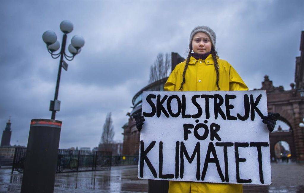 """Greta che protesta davanti al Parlamento svedese – Photo Credit: www.linkiesta.it"" greta thunberg"
