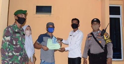 Kades Mubur Serahkan Bantuan BLT-DD Menjelang Idul Adha