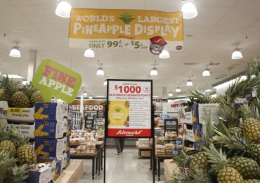 Schnucks aims for world record with pineapple display