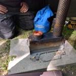 Piippu kiinnittyy pellettikamiinaan ja pysyy muodossaan renkaiden avulla