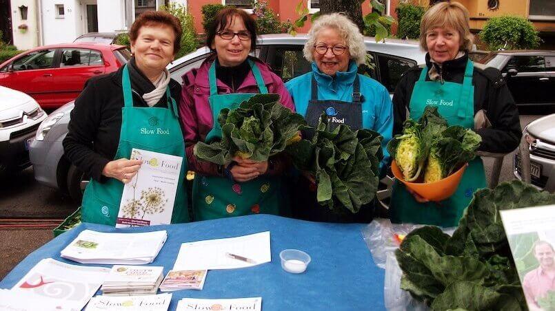 Anne Fuentes (links) mit anderen Mitgliedern des Kölner Slow Food Conviviums auf dem Wochenmarkt