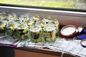 Eingemachte Zucchini - die Gläser sind vorbereitet