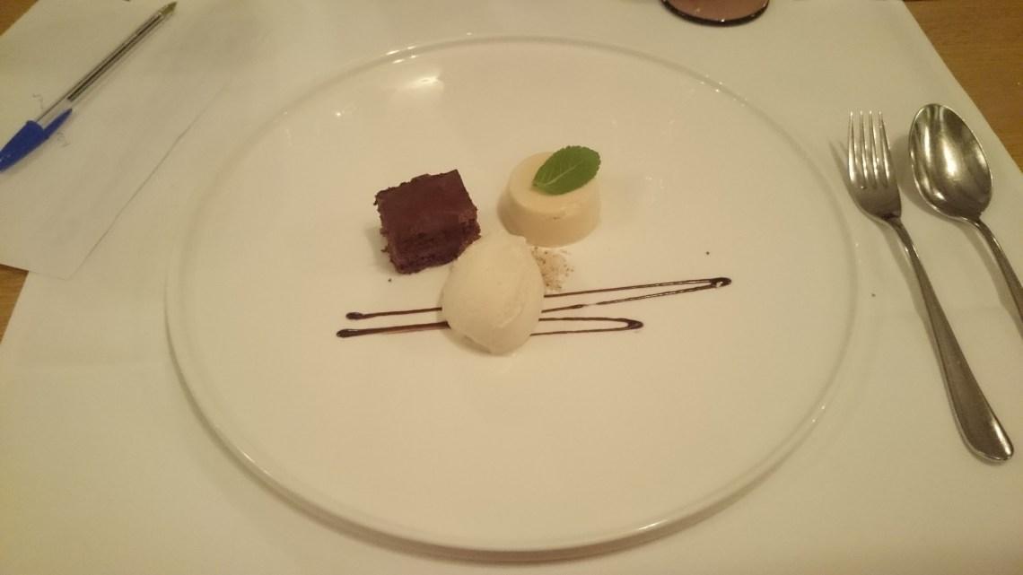 Bananenglace, Schokoladenkuchen und Caramell-Panna Cotta