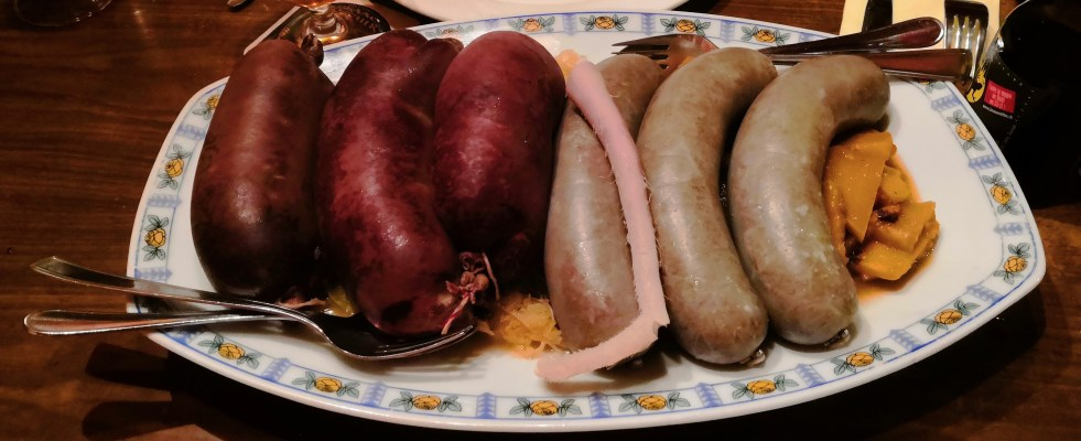 Blutwurst, Leberwurst, Schwänzli, Sauerkraut und Rüben