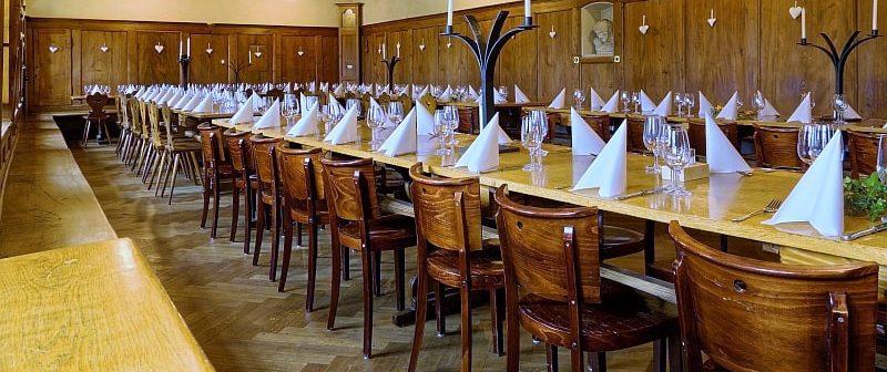 Die Tische sind gedeckt in der Chlosterchuchi des Kapuzinerklosters Solothurn.