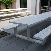 buiten lunchen aan aluminium picknicktafels