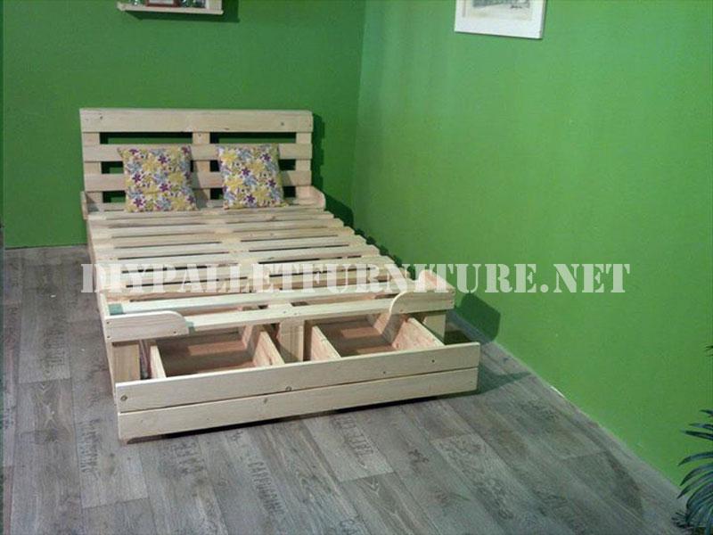 Structure de lit avec des tiroirs faits de palettesMeuble en Palette  Meuble en Palette