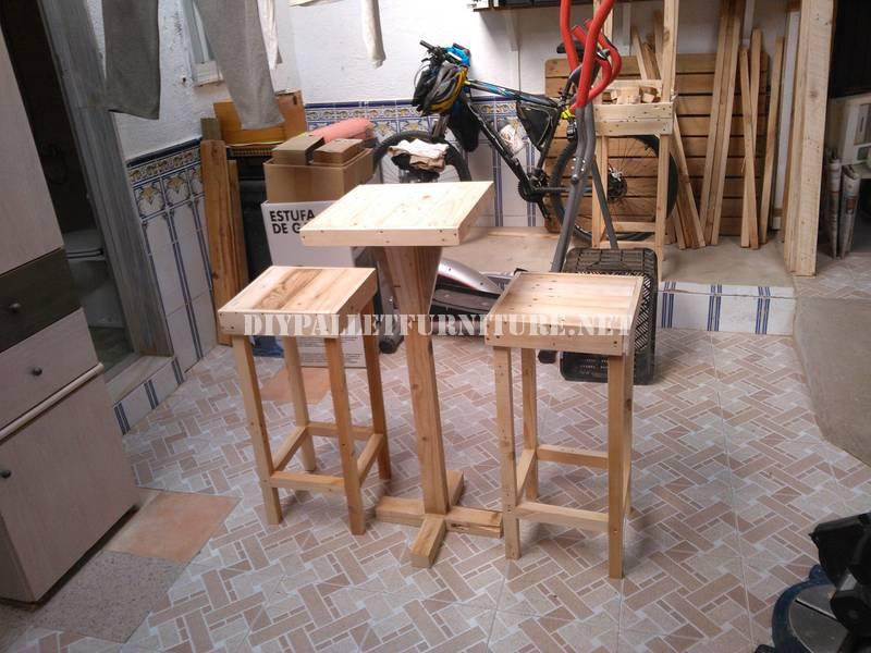 Tabourets De Bar Et Table Construits Avec Des