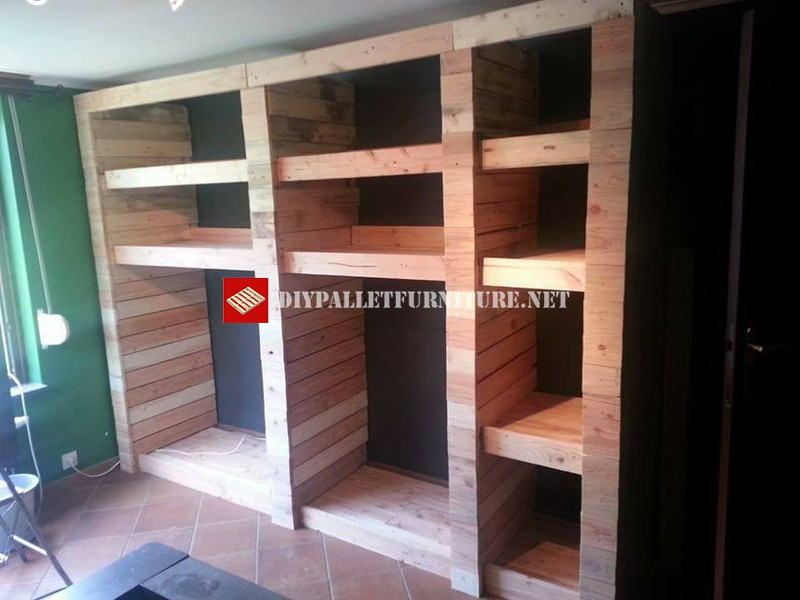 Armoire ouverte avec planches de palettesMeuble en Palette