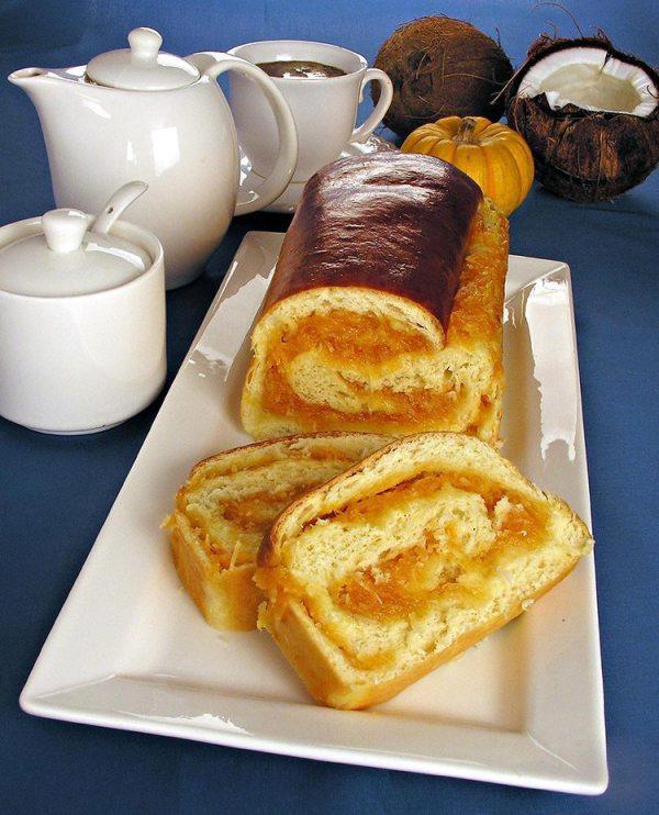 Pão recheado com doce de abóbora e coco