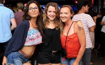 Alba con sus amigas en Australia
