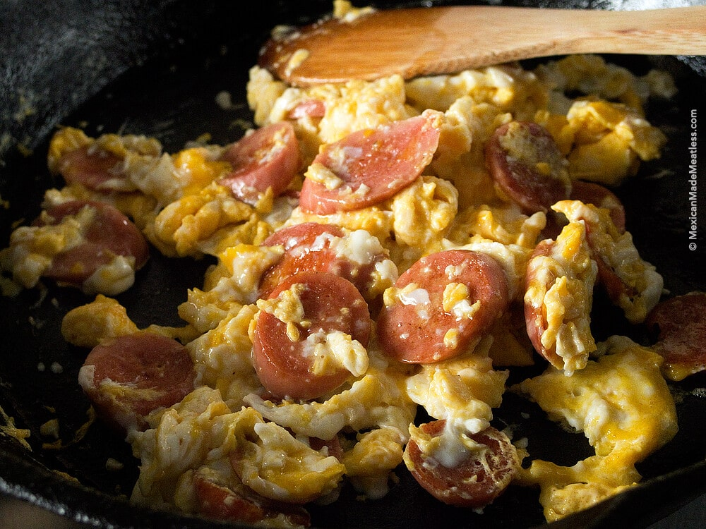 Scrambled #Eggs with (#Vegan) Hot Dogs: A Very Mexican Kid Breakfast   #huevos revueltos con #salchichas #veganas