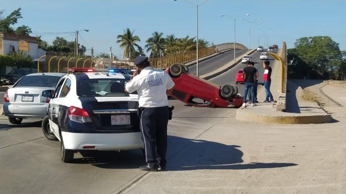 Avoiding a cyclist ends in a rollover in Mazatlán