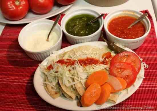 Cachetadas tacos de Tampico, salsas
