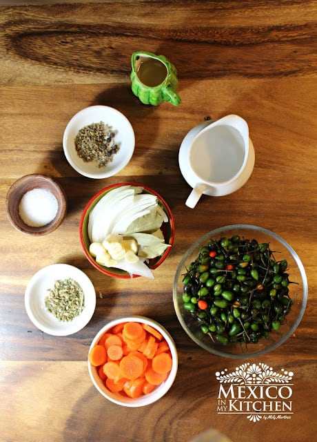 Pickled-bird-peppers-piquin-peppers-en-escabeche-Chiltepin-en-vinagre