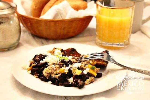 Veracruz style scrambled eggs with black beans  3