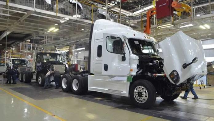 Reactivación en EU impulsó producción y exportación de vehículos pesados en México