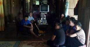 Hàng xóm và người nhà đến trông nom chị Tòng Thị Hôm