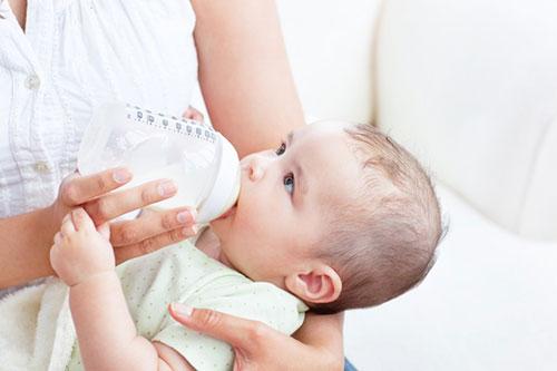 Nhiều bố mẹ vẫn duy trì cho con uống sữa công thức khi đã trên 1 tuổi